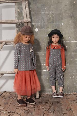 左图:女童印花T恤+纱料褶皱半裙 右图:女童棉T+印花背带裤