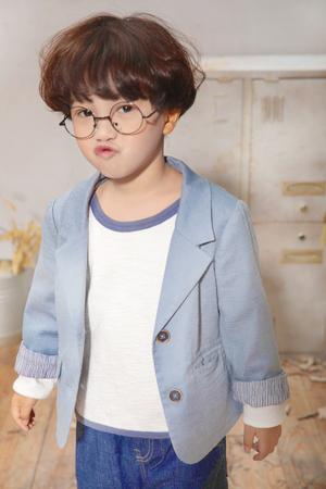 棉麻西装外套+白T打底衫 +休闲牛仔裤